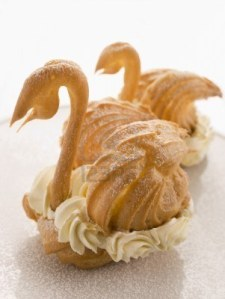 3443769-due-cigni-choux-riempito-con-crema-chantilly